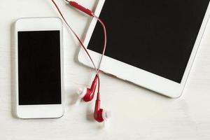 tablette et téléphone avec un casque bouchent photo