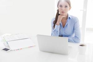 femme affaires, regarder, ennuyer, devant, ordinateur portable, et, télévision photo