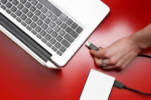 disque dur externe connecté à un ordinateur portable photo