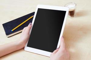 personne de bureau tenant une tablette numérique