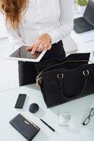 femme, utilisation, tablette photo