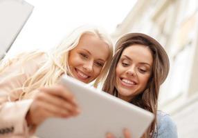 deux belles filles à la recherche dans le tablet pc
