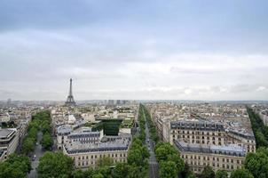 Vue sur les toits de Paris depuis l'Arc de Triomphe à Paris photo