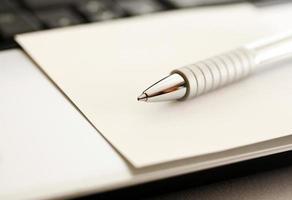 une vue rapprochée d'un stylo à encre métallique avec une image aux tons sépia photo