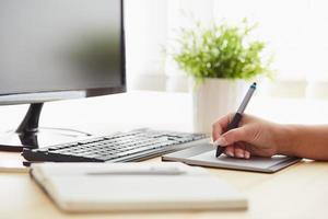 graphiste travaillant sur une tablette numérique photo