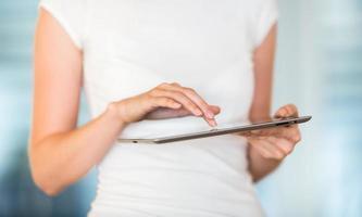 jolie, jeune femme d'affaires à l'aide de sa tablette photo