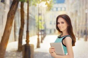 femme, à, pc, tablette, dehors, dans ville photo