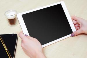 tablet pc dans les mains d'une personne