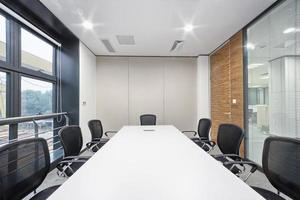 intérieur de la salle de réunion de bureau moderne photo