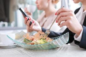 femmes d'affaires lors d'un déjeuner d'affaires photo