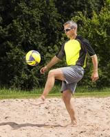 athlète jouant au beach soccer photo