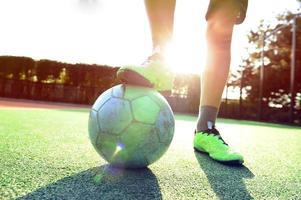 ballon de football et jambes de joueurs. photo