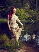 jolie femme sur le lac photo