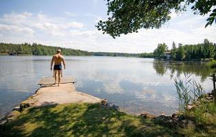 scène du lac finlandais avec un nageur photo
