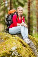 jeune femme randonneur sur une pause photo