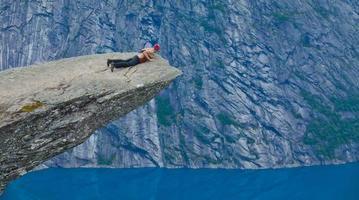 célèbre lieu de randonnée rock norvégien - trolltunga, langue des trolls, norvège photo