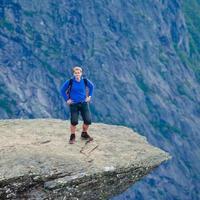 célèbre lieu de randonnée rock norvégien - trolltunga, langue des trolls, norvège