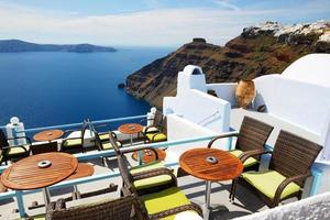 La terrasse avec vue sur la mer à l'hôtel de luxe, l'île de Santorin, Grèce