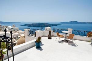 Patio idyllique à Fira Capital sur Théra (Santorin), Grèce. photo