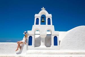 hübsche frau im weißen kleid auf santorini in creta photo