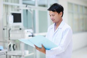 portrait de médecin asiatique photo