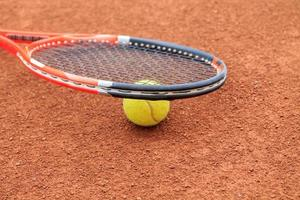 balle de tennis et raquette photo