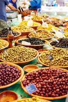 Différentes olives marinées sur le marché de la rue provençale en provenc photo