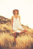 mode femme à l'extérieur au coucher du soleil photo