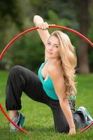 jeune, athlète féminine, à, hula hoop, dans parc photo