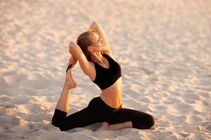 séance de yoga sur la plage en mer polonaise photo