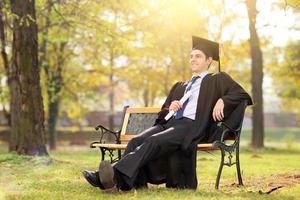 diplômé d'université bénéficiant dans le parc photo