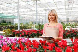beau fleuriste travaillant avec des fleurs photo