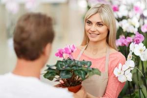 fleuriste professionnel vendant des fleurs photo