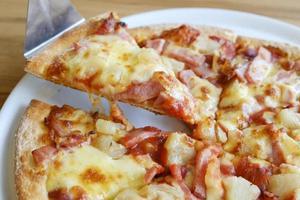 délicieuse pizza de style rustique hawaïen à base d'ananas frais