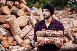 appréciant son travail avec le bois. photo