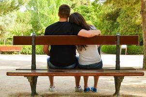 jeune couple, apprécier, jour, dans, a, parc photo