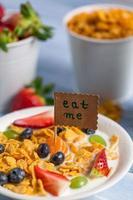 profitez de votre petit déjeuner avec des cornflakes et des fruits photo