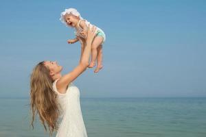 heureuse belle mère et fille profitant du temps à la plage