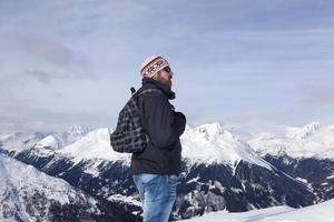 jeune homme aime la vue dans les montagnes