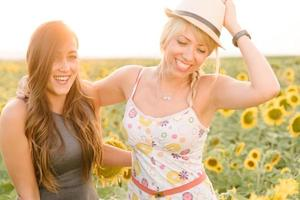 filles profitant d'une promenade dans le champ de tournesols.
