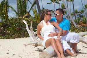 heureux couple romantique, appréciant le coucher du soleil à la plage