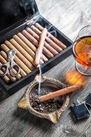 profitez de la soirée avec un cigare et du cognac photo