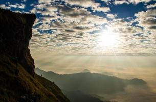 lever du soleil sur la colline. photo