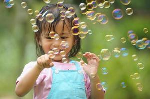 petite fille asiatique au visage heureux photo