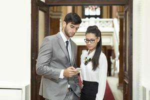 homme affaires, et, femme affaires, lecture, message texte photo