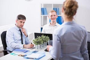 secrétaire et hommes d'affaires photo
