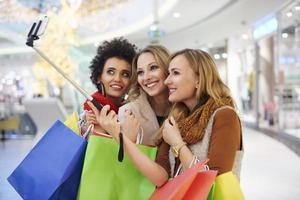 selfie avec selfie bâton au centre commercial photo