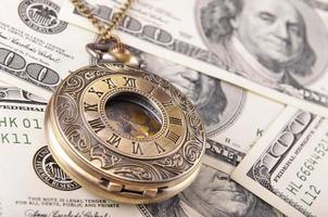 montre de poche sur une pile d'argent photo