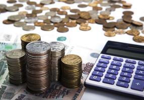 piles de roubles russes avec calculatrice