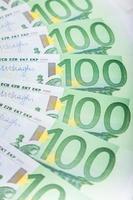 Des billets en euros répartis sur le plancher - monnaie européenne photo